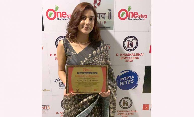 """Niti Vakharia Kharwar from Nits saloon was honoured by One Step Charitable Trust as """"Real Heroes of Surat"""""""
