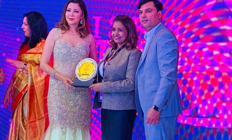 Mrs World Dr. Aditi Govitrikar Honourd the Students of RVMUA International Makeup Academy with The Best Makeup Artist Award at Tiska Miss and Mrs. India 2021