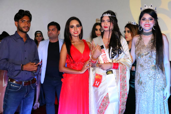 Mrs India Neha Singh spread happiness as Celebrity Guest at Delhi Ki Queen Grand Finale